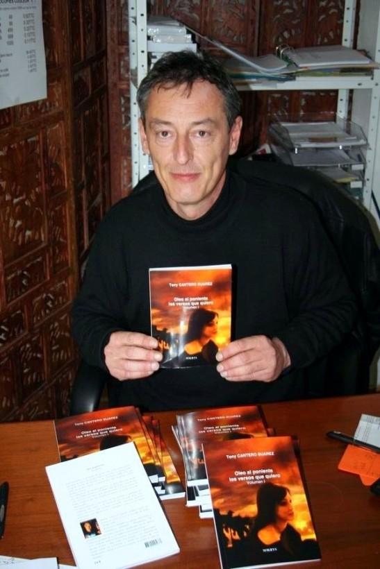 Christophe Massonnaud creador de Sokrys Editions con ejemplares de Oleo al Poniente Los Versos que quiero del poeta Tony Cantero Suárez.
