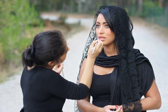 L'artiste en plein taf — con Hélène Make Up e Imane Abbad El Andaloussi by Michel Benoit for Tony Cantero Suárez