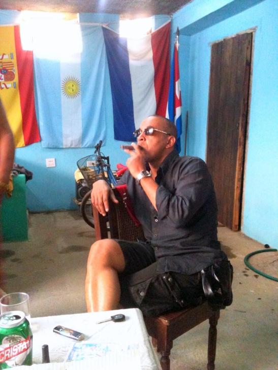 Tony Cantero Suárez con tabaco en Cuba