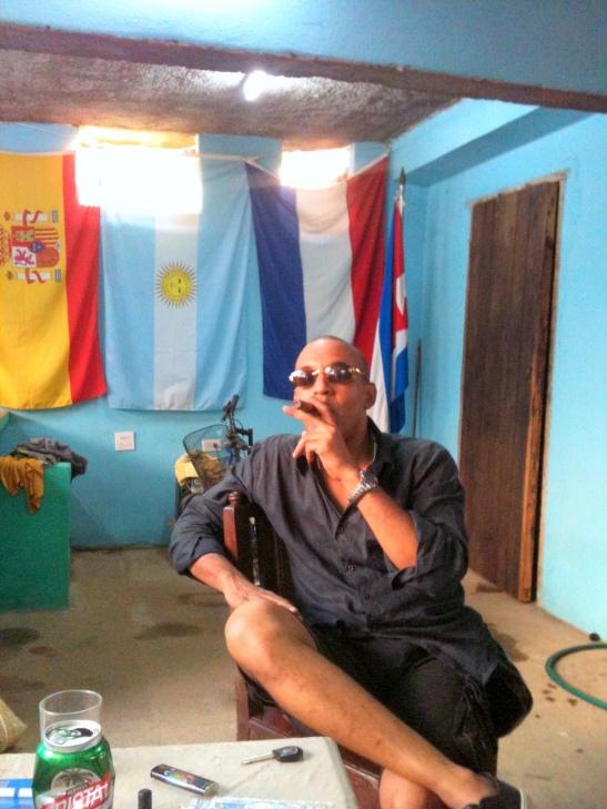 Tony Cantero Suárez fumandose un tabaco