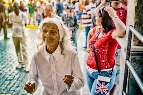 Ella baila sola !!!!!! echando un pie !!!! — en Santa Clara, Cuba. by Ariel Arias