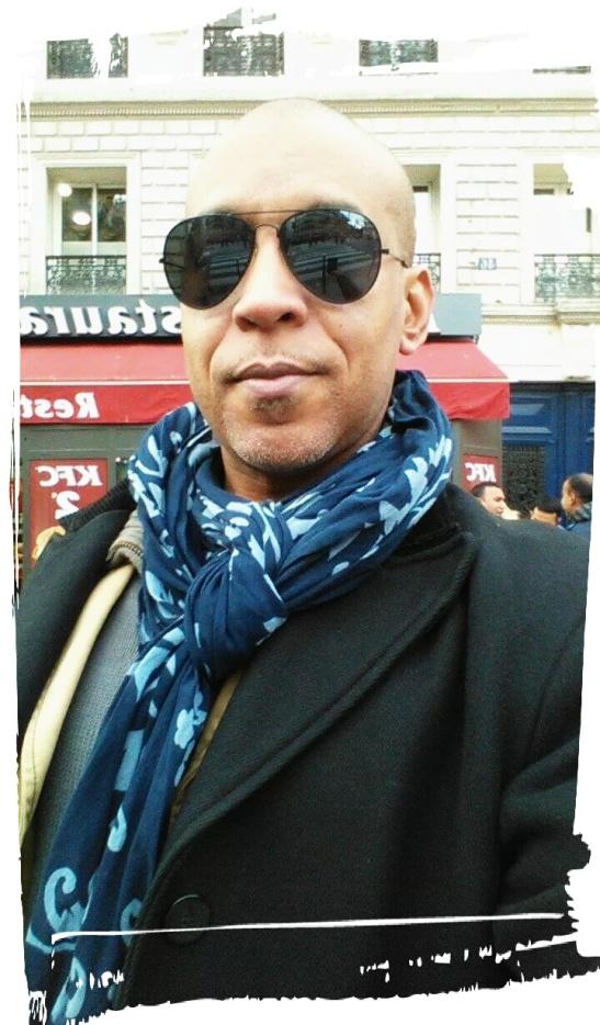 Tony Cantero Suárez frente al metro Chateau Rouge, Paris