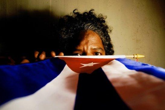 Autoretrato con bandera by Ariel Arias