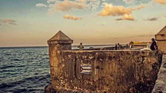 El Malecon abanderado de la Habana by Ariel Arias