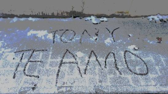 tony te amo sobre carro nevado