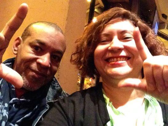 Tony Cantero con  Mileydi Fougstedt de Misceláneas de Cuba en Paris haciendo el signo de libertad abril 2015