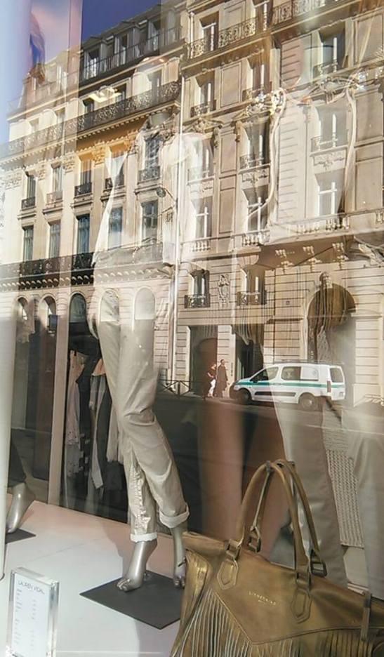 Contraste en vitrina de tienda en Paris por Tony Cantero Suarez