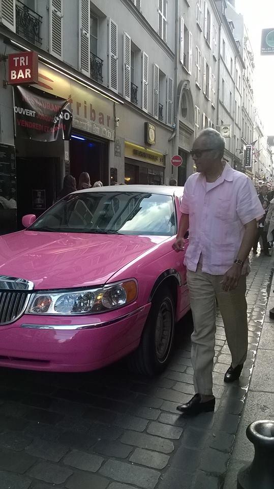 Enrique Suárez fuera de la limusina en rue de lape a paris