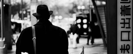El hombre de negro y el tiempo adverso