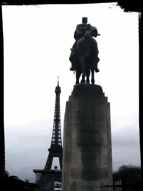 Eiffel y estatua en negro y blanco by Tony Cantero Suarez