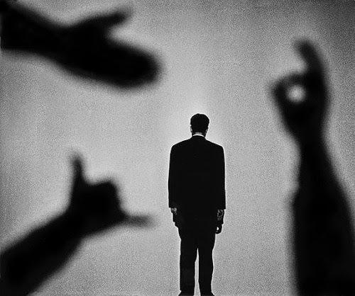 hombre de espaldas, sombras de manos