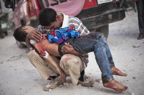 padre arabe con hijo en los brazos