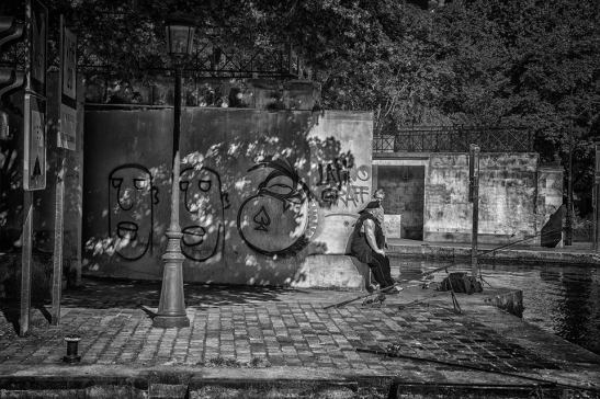 Pescador en el rio Sena, Paris by Ariel Arias.
