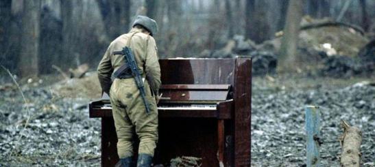 soldado al piano