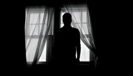 hembre en la ventana