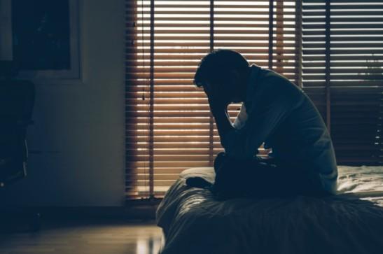 hombre triste y solo en casa